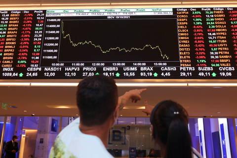 Dólar recua e Bolsa reduz perdas com apoio de Bolsonaro a Guedes