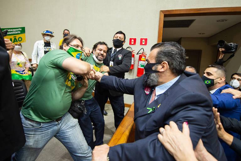 Vereadores e manifestantes contra o passaporte da vacina brigando