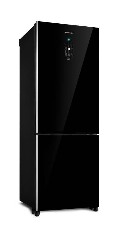 Geladeira Panasonic Frost Free Black Glass BB71 – economiza mais de 41% de energia graças à tecnologia Inverter. O produto também conta com a tecnologia Smartsense, em que tecnologias inteligentes entendem os hábitos do consumidor através de sensores que monitoram a abertura da porta, a luminosidade e a temperatura interna e a externa