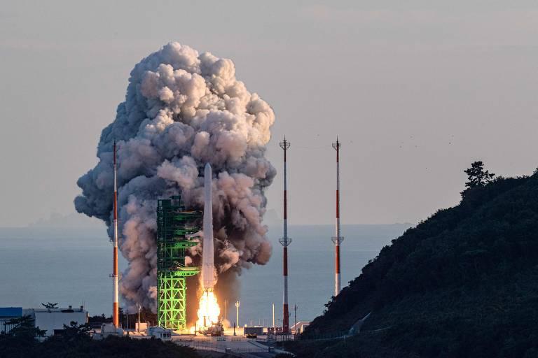 Imagem mostra foguete sendo lançado. Ao fundo, há uma fumaça branca