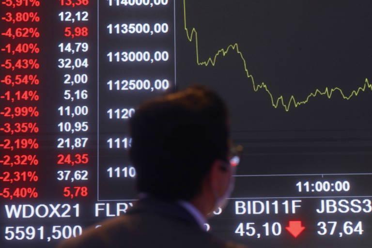 Dólar sobe a R$ 5,66 e Bolsa cai após Guedes pedir licença para furar teto por Auxílio Brasil de R$ 400