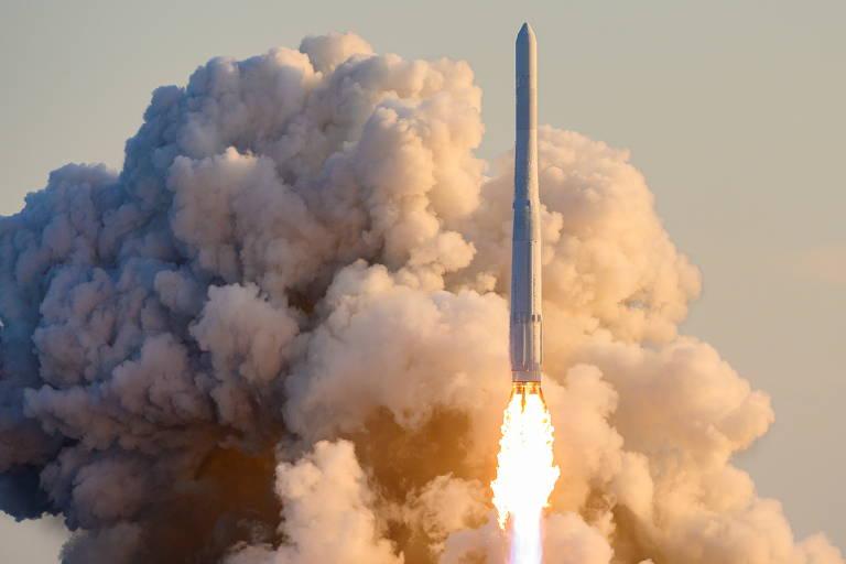 Foguete é visto no momento do lançamento, com muita fumaça