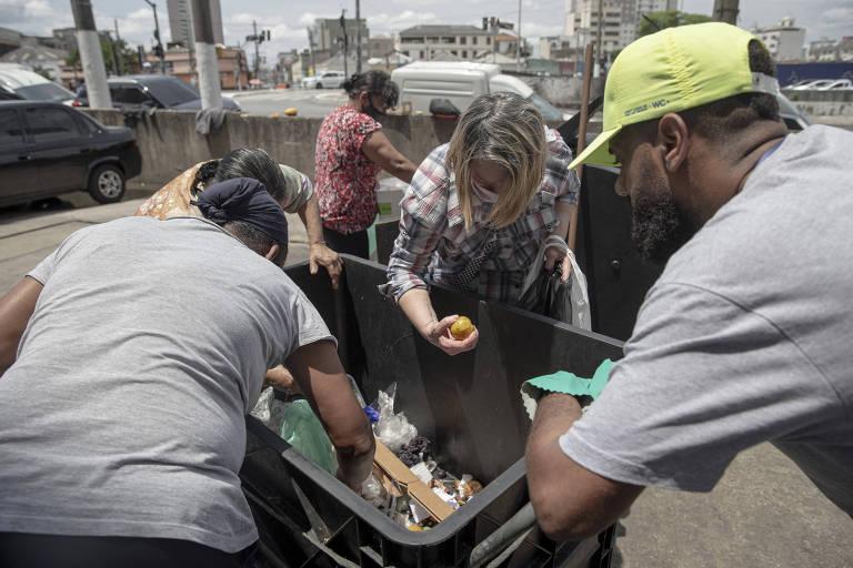 Fome leva famílias a revirar lixo e buscar alimentos próximos do descarte