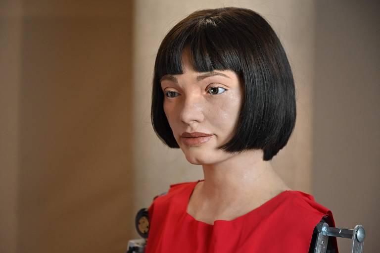 Ai-Da é apontada como a primeira artista robô humanoide realista do mundo