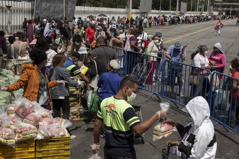 Fila se forma na entrada da Ceagesp para doação de frutas e verduras para a população