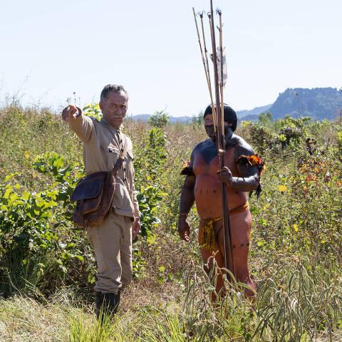Chico Diaz, intérprete do Marechal Rondon, e Arilson Lucas, que faz o guia indígena da expedição, em cena de 'O Hóspede Americano', série do HBO Max dirigida por Bruno Barreto
