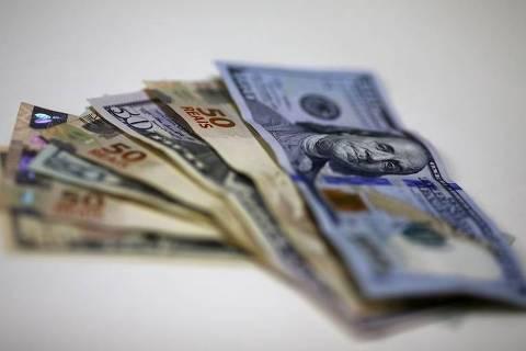 Dólar supera R$5,70 após debandada no time de Guedes