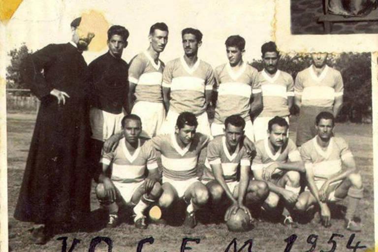 O Vila Operária Clube Esporte Mariano, popularmente conhecido como Vocem, foi fundado em 1954 pelo padre Aloísio Bellini (1911-1996). Essa é a primeira foto do clube