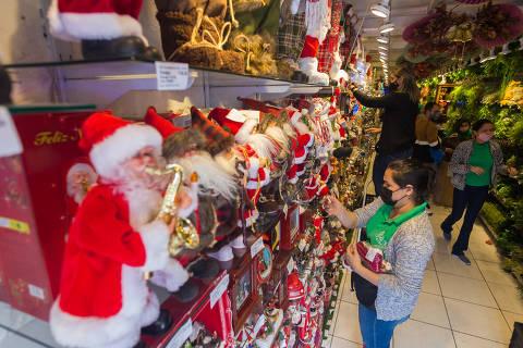 SÃO PAULO, SP, BRASIL, 20-10-2021 - NATAL 25 DE MARÇO - Passado o Dia das Crianças, o comércio popular virou a chave e a 25 de Março já está toda vermelha para o Natal. (Foto: Ronny Santos/Folhapress, CIDADES)