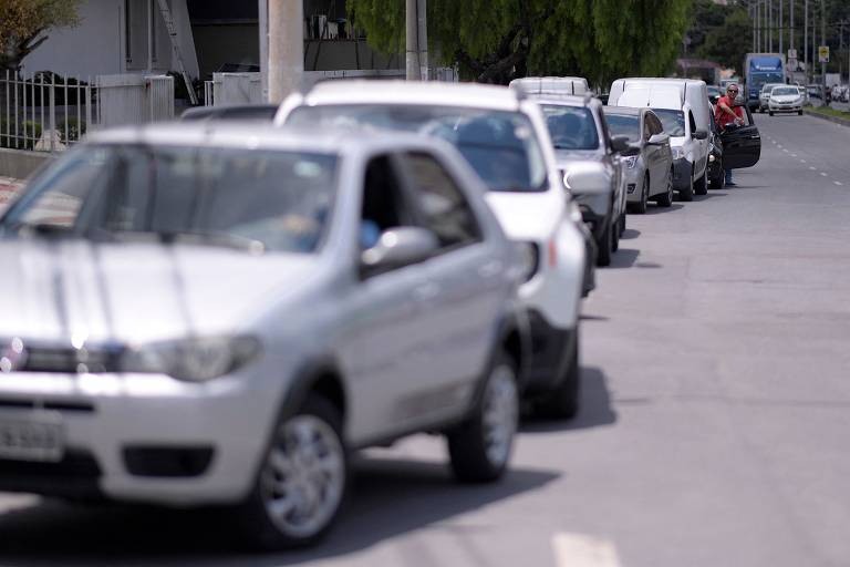 Motoristas aguardam em fila para abastecer o carro em posto de combustível de Belo Horizonte