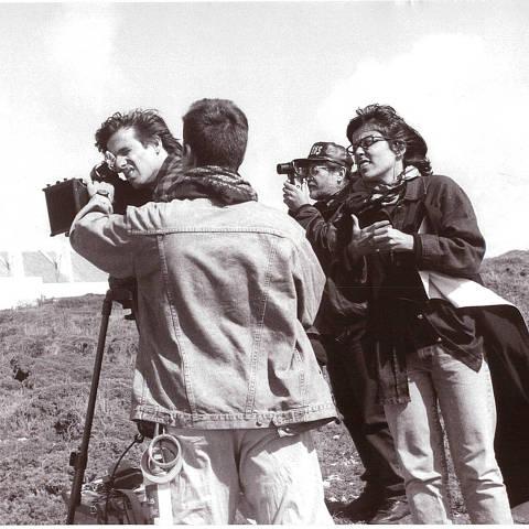 Walter Salles e Daniela Thomas, diretores de 'Terra Estrangeira' (1996), e o diretor de fotografia do longa, Walter Carvalho, durante as filmagens. (Foto: Divulgação)