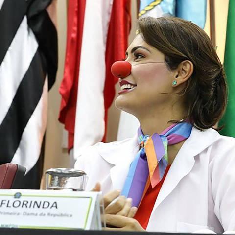 Michelle Bolsonaro caracterizada como a palhaça Dra. Florinda em evento da campanha 'Respeitável Circo' em Brasília