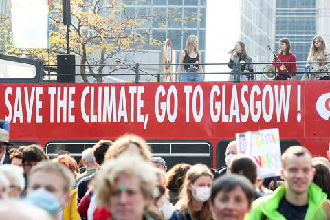 FILE PHOTO: People take part in a Climate March in Brussels, Belgium, ahead of the COP26 climate summit in Glasgow, October 10, 2021. REUTERS/Yves Herman/File Photo ORG XMIT: FW1
