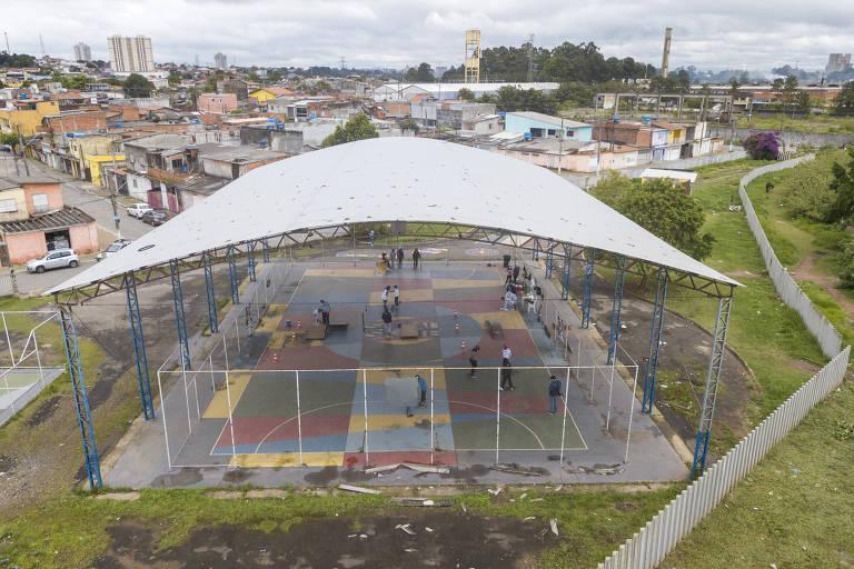 Vista aberta da quadra onde funciona o projeto e da comunidade no entorno