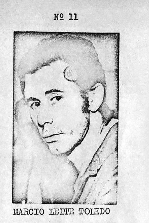 Homem branco jovem, de cabelos pretos. A imagem é uma reprodução pouco nítida de uma fotografia.