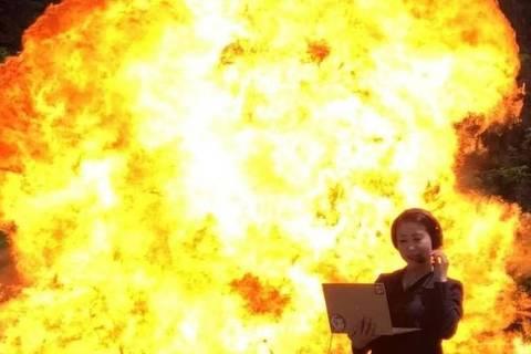 Lily Noriko participou do turismo com explosão para fazer a foto de divulgação de seu trabalho como tradutora simultânea