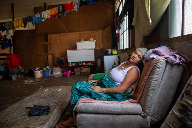 Mulher de toca na cabeça sentada em sofá