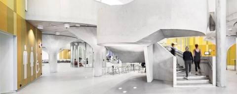 Escola na Finlândia; Com plano aberto e menos divisórias, centros de ensino buscam mais flexibilidade, autonomia dos alunos e um espaço mais adequado ao aprendizado baseado em projetos.Crédito: Kuvatoimisto Kuvio Ou/BBC