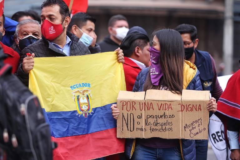 Membros de organizações civis e sociais, além de estudantes, marcham contra as medidas econômicas impostas pelo governo, entre elas o aumento dos preços dos combustíveis, em meio a um estado de emergência, em Quito