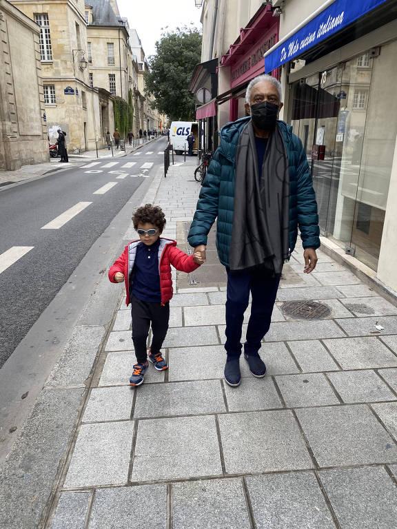 Gilberto Gil passeia com o neto Sereno pelas ruas de Paris, onde o cantor fez show na segunda (25)