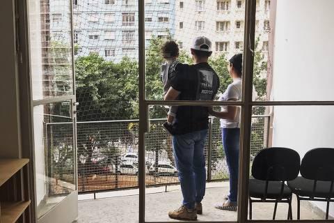 Mariana da Silva Moura com o marido e o filho no apartamento reformado pelo Fundo Fundo