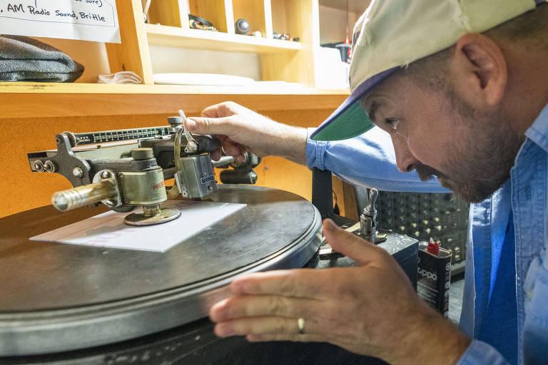 Moose Adamson monta um torno para gravar discos individualmente no Joyful Noise em Indianápolis. Deixados para morrer na década de 1980, os discos de vinil são agora o formato físico mais popular e de maior bilheteria da indústria musical. Mandá-los fabricados, no entanto, é cada vez mais um desafio