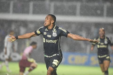 Madson comemora gol do Santos sobre o Fluminense
