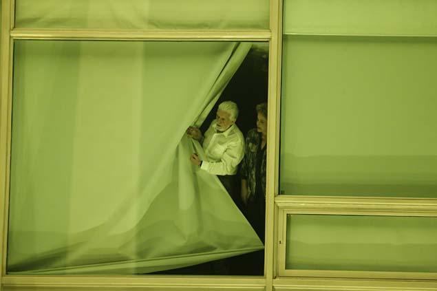GALERIA DA SEMANA - MAIO 02 - Presidente Dilma e o Ministro Jaques Wagner olham pela janela.