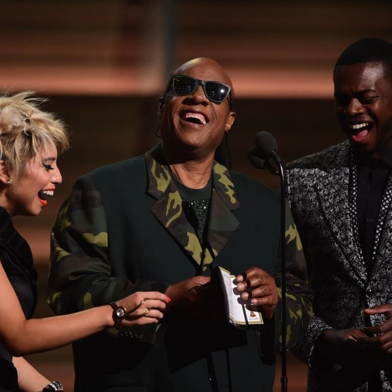 Stevie Wonder mostra resultado do Grammy em braile e provoca plateia: 'Vocês não sabem ler'