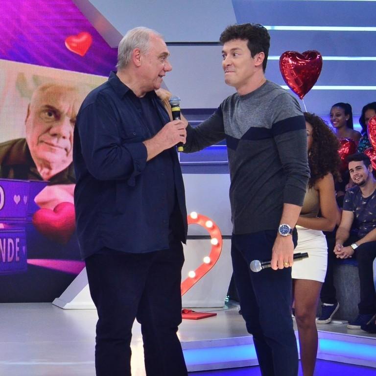 Rodrigo Faro tenta encontrar namorada paraMarcelo Rezende no quadro 'Vai dar Namoro'
