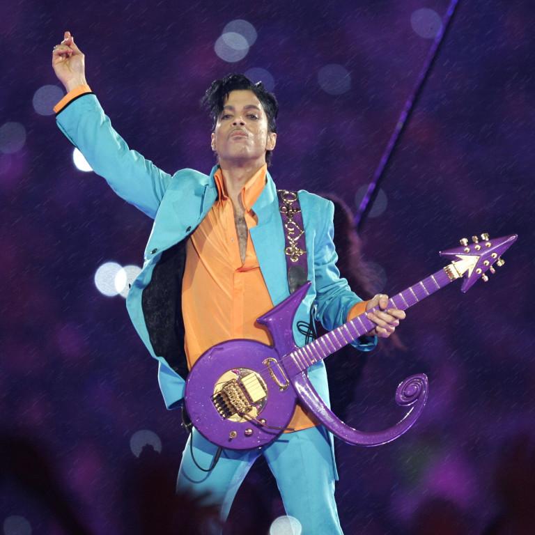 Com muita chuva (não púrpura), Princefez um dos melhores shows do intervalo do SuperBowl; relembre
