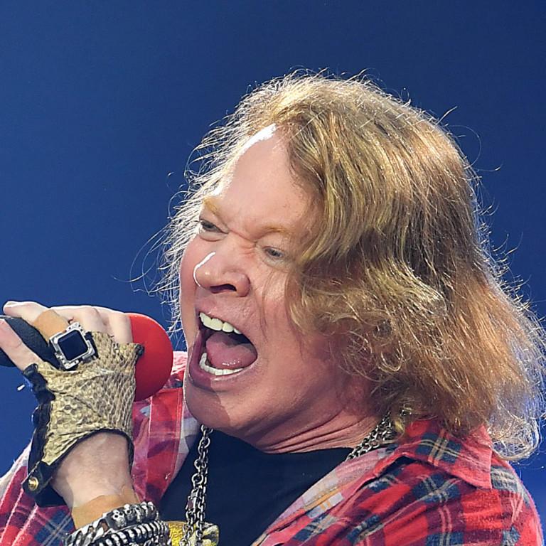 Axl Rose conta que membros do Guns N' Roses foram detidos no Canadá por posse de arma