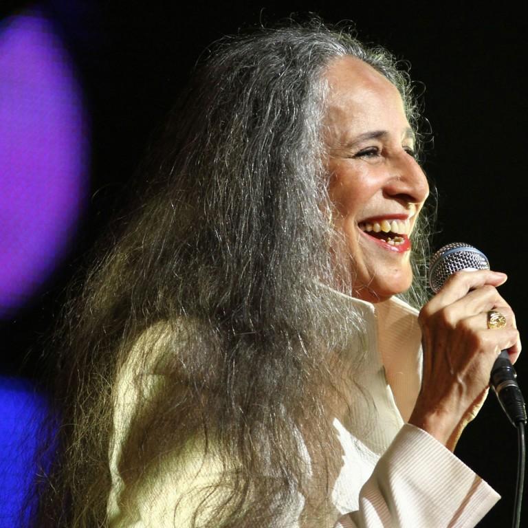 Em show grátis, Maria Bethânialembra temas que marcaram sua carreira