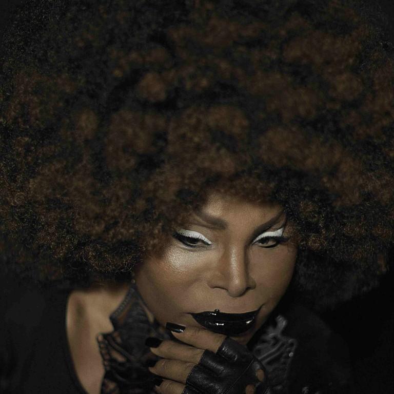 Batidas eletrônicas se fundem à voz da cantora ElzaSoares em show na terça