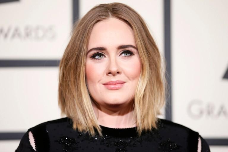 Cantora Adele no Grammy de 2016 em Los Angeles, Califórnia