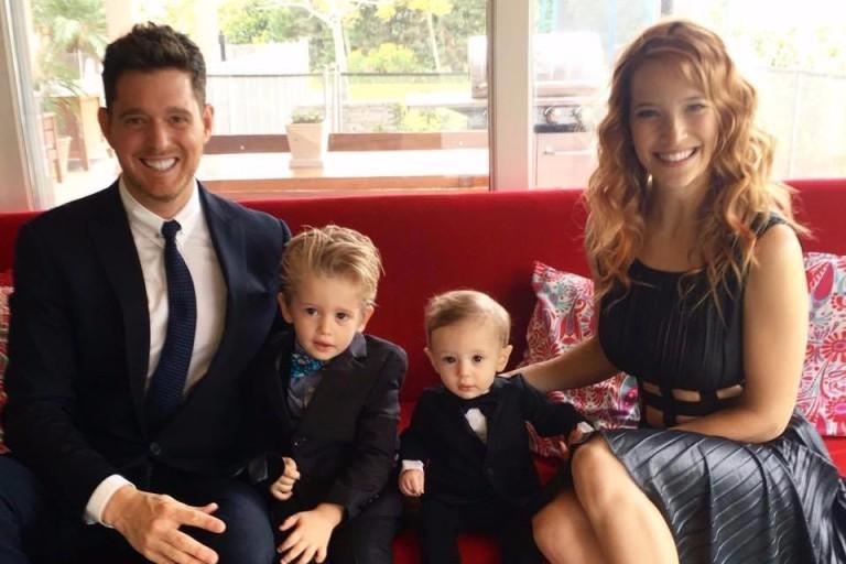 Bublé e a mulher com os dois filhos