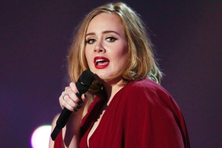 Morcego 'invade' show de Adele; veja reação hilária da cantora