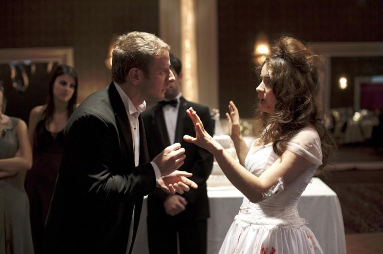 """Cena de um dos segmentos do filme argentino """"Relatos Selvagens"""", com os atores e Diego Gentile e Erica Rivas"""