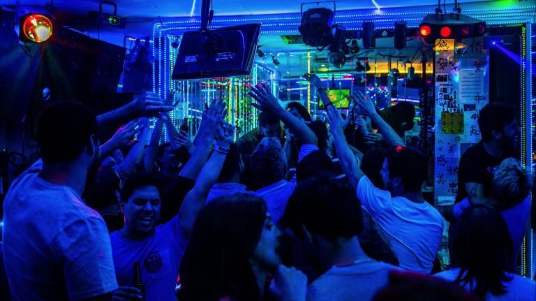 Jovens cantam no bar de karaokê Tequila's