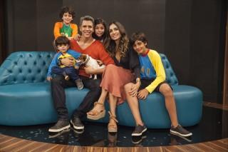 O apresentador Marcio Garcia com a mulher e os filhos no 'Tamanho Família'