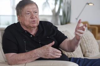 O empresário de TV José Bonifácio de Oliveira Sobrinho, o Boni, comenta seu novo livro de ficção em sua casa