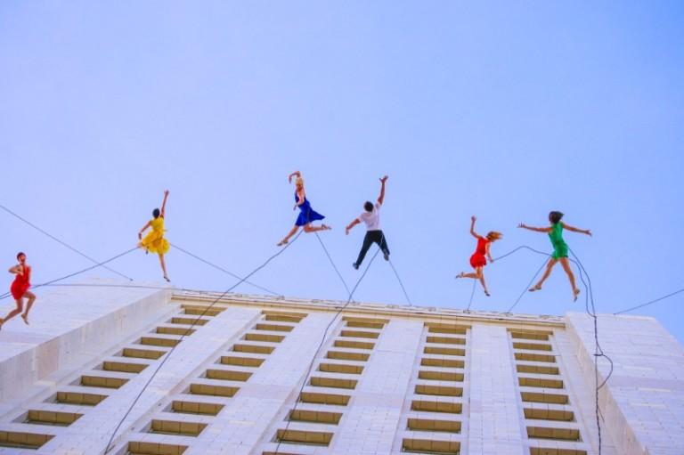 Dançarinos se penduram em prédio de LosAngeles para comemorar a criação do Diade 'LaLaLand'