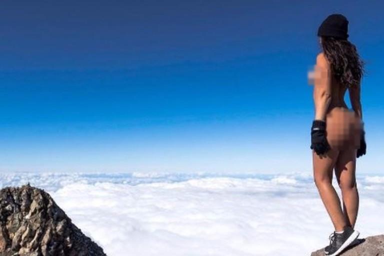 Modelo da 'Playboy' atrai ira de maoris ao tirar foto nua em montanha sagrada