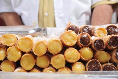 Legenda: SO PAULO, SP, BRASIL,-- 18/10/2011,17 h00 : cannoli doce tradicional italiano que vendido pelo seu antnio no estdio de Juventus h 40 anos. .(Foto: Karime Xavier/ Folhapress.( COMIDA).***EXCLUSIVO*** ***  ****