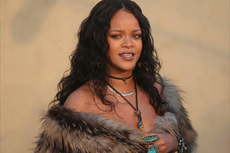 Rihanna aparece com casaco de pele em desfile da Dior e divide fãs