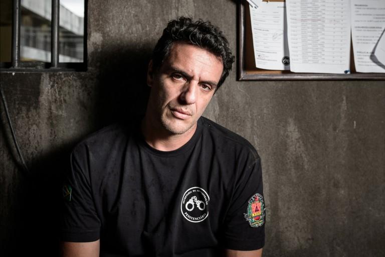 """O ator Rodrigo Lombardi; que interpreta Adriano na série """"Carcereiros"""""""