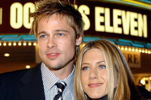 O ator Brad Pitt com a mulher, a atriz Jennifer Aniston, em 2001 *** ****