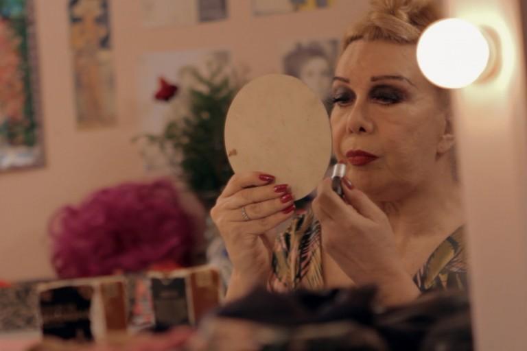"""Rogéria em cena do documentário """"Divinas Divas"""", sobre a primeira geração de travestis do Brasil"""