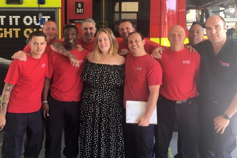 'Oi, eu sou Adele', dizcantora ao levarboloa bombeiros de Londres