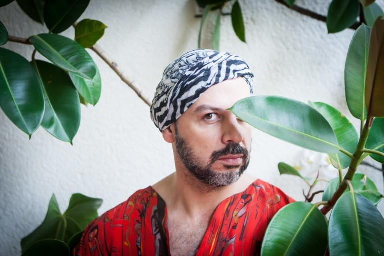 O DJ Tutu Moraes comanda a festa Santo Forte